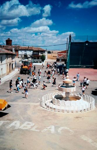 Imagen de la llegada de las carrozas a la plaza Mayor durante unas fiestas de San Pedro. / Foto cedida por: Abel Calvo