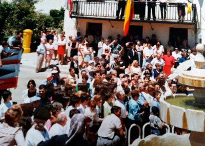 Imagen de la multitud en la plaza Mayor de VIllaherreros durante las fiestas de San Pedro en los años 90. / Foto cedida por: Abel Calvo