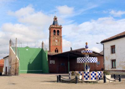 La plaza Mayor y el frontón municipal. / Foto: www.villaherreros.es