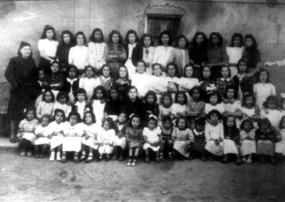 Grupo de niñas y mujeres en la escuela de Villaherreros. / Foto cedida por: Carlos González
